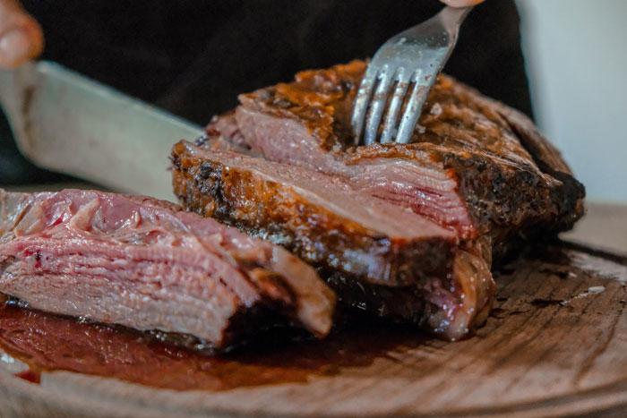 Cómo ahumar carne de forma sencilla: tipos de ahumador y utensilios necesarios