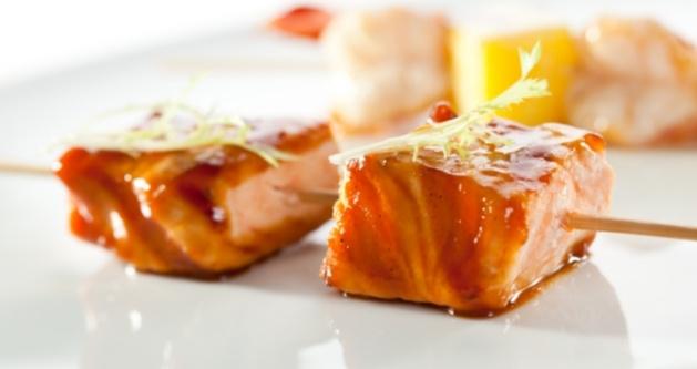 Brochetas de salmón con salsa de coco y curry