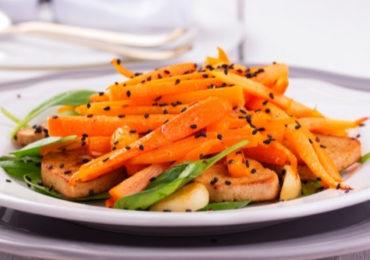 Tofu asado con ensalada de zanahorias